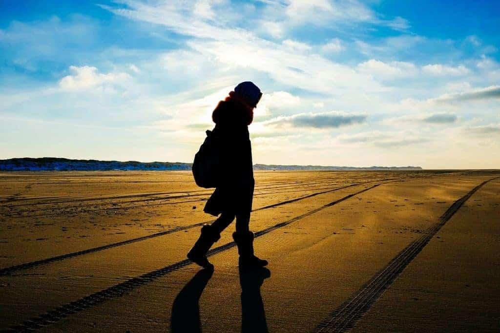 Person am Strand, die eine Vision im Leben sucht. Ohne Ziel, kann man keine persönliche Marke aufbauen.
