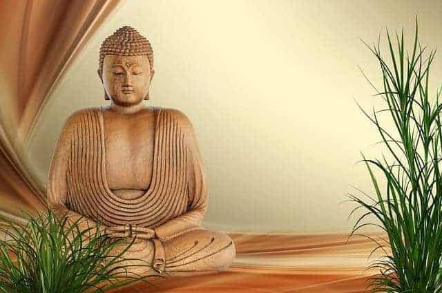 Kleine goldene Buddha Statue in Meditation