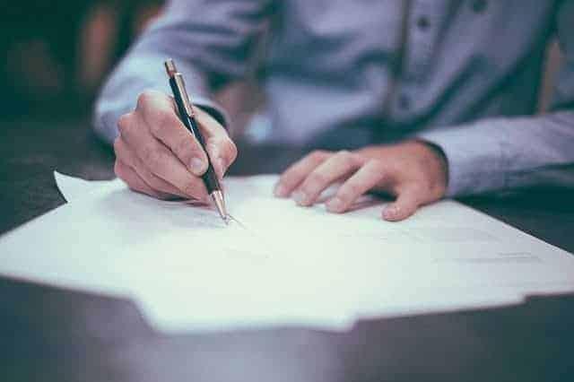 Manager am Schreiben. Wahrscheinlich unterzeichnet er gerade einen Vertrag.