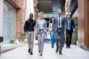 Leute, die durch Business-Räume in Bern gehen. Sie sind gut gekleidet und sind glücklich. Meditieren können sie auch im Gehen, denn Meditation kann jederzeit und überall angewendet werden. Es ist ein Zustand.